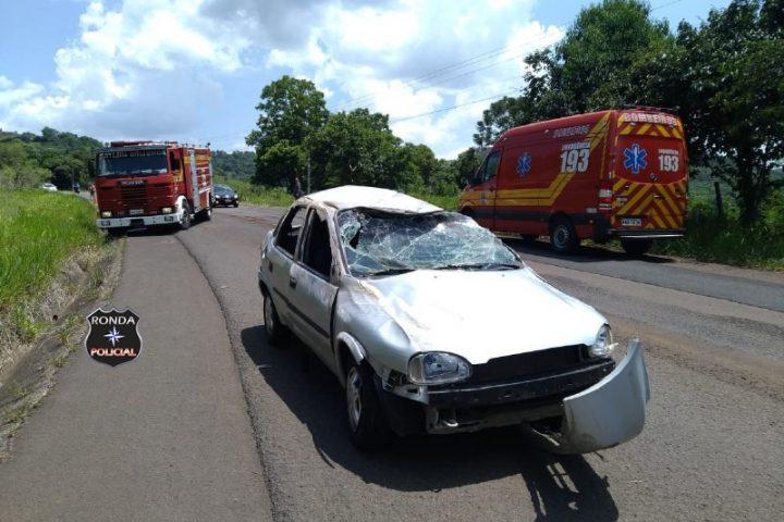 Duas pessoas ficam feridas após veículo capotar na SC 155