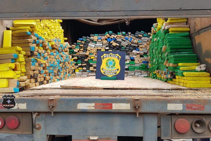 Polícia encontra 1,5 toneladas de maconha em fundo falso de carreta