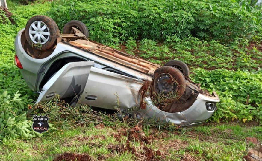 Mulher fica ferida ao capotar veículo em comunidade rural