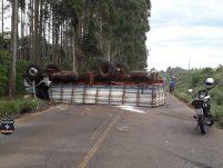 Caminhoneiro fica ferido em capotamento de veículo