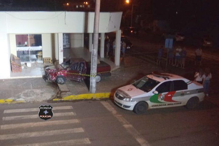 Dois jovens ficam feridos e veículo invade padaria após grave acidente no centro de São Domingos