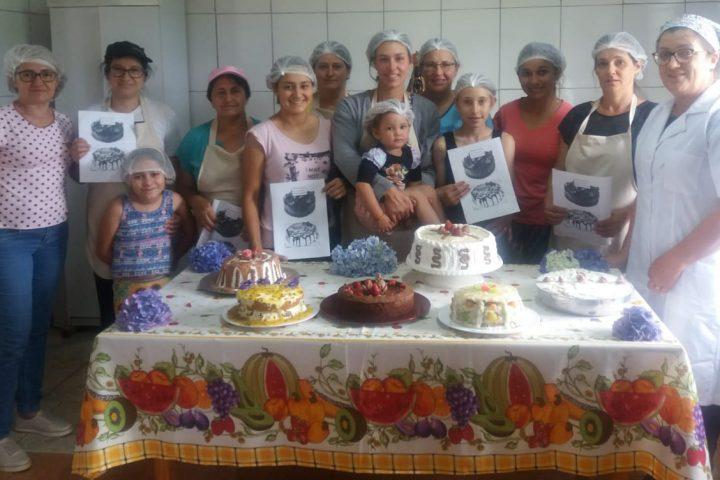Agricultoras aprendem receitas de bolos e tortas em curso no interior de Passos Maia