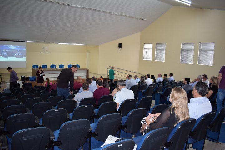 Prefeito em exercício e secretária participam de assembleia do CIS-Amosc