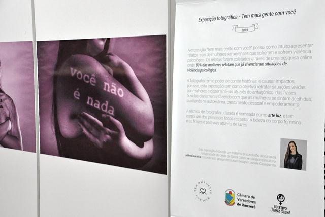 Exposição fotográfica na Câmara destaca violência psicológica que atinge o público feminino