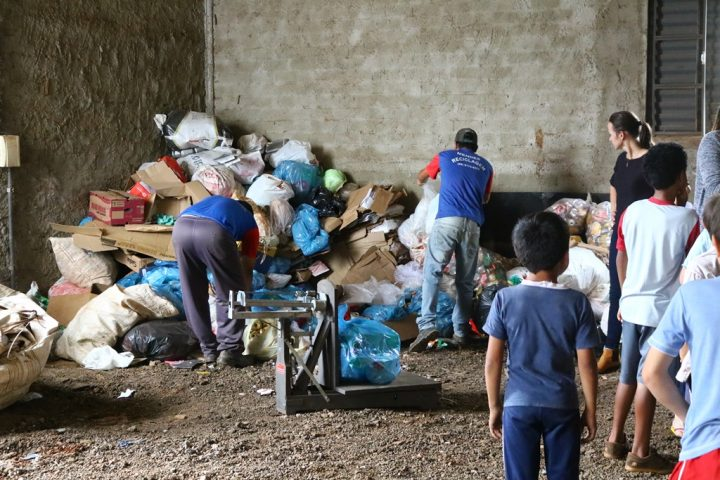 Quase uma tonelada de lixo é recolhida em projeto desenvolvido em Passos Maia