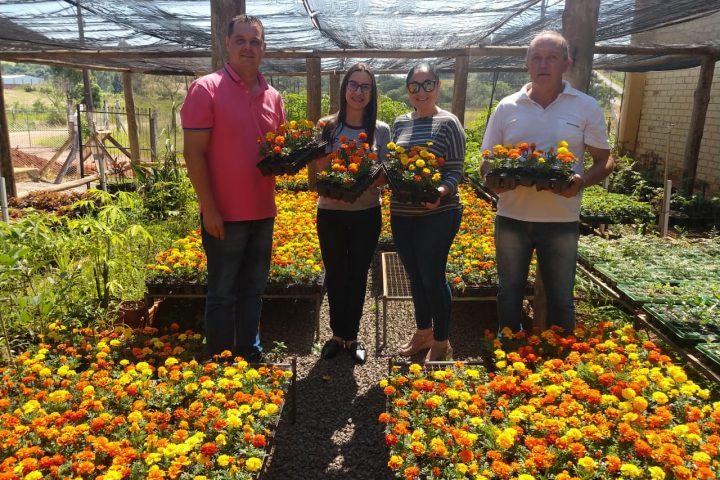 Secretaria de Educação recebe mudas de flores do Viveiro Municipal