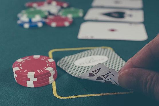 Confusão em mesa de pôquer termina em soco e indenização