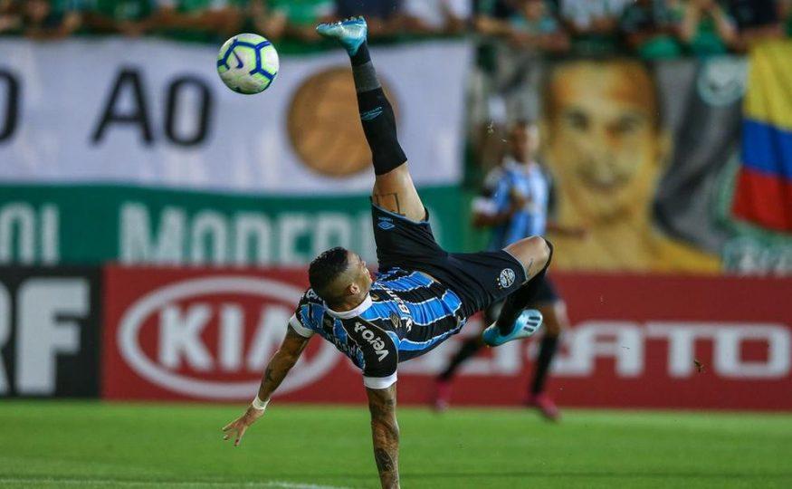 Com golaço de bicicleta, Grêmio vence a Chapecoense e abre vantagem no G4