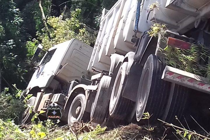 Carro acaba esmagado por carreta em grave acidente na BR-153