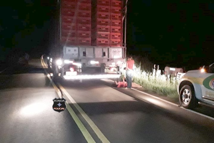 Carro capota após colidir em caminhão na SC-480 e deixa jovem ferida