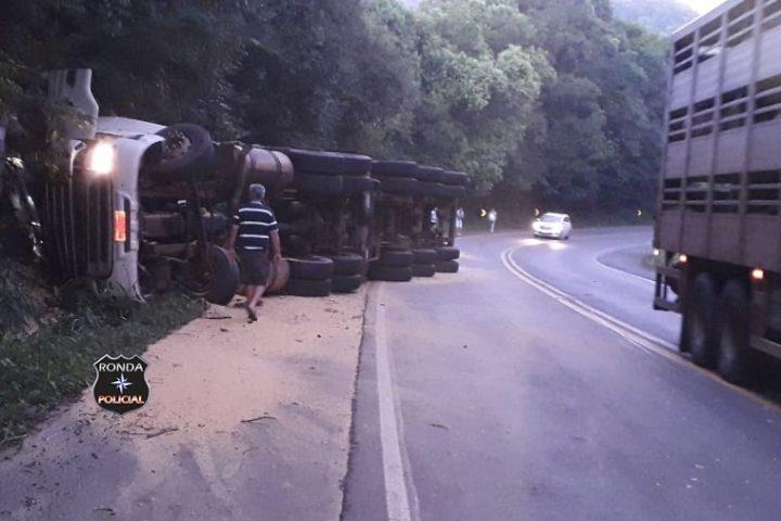 Caminhoneiro fica ferido em tombamento de carreta na 282