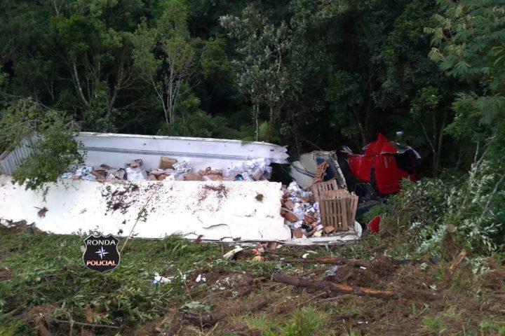 Caminhoneiro morre em capotamento de caminhão na BR-282