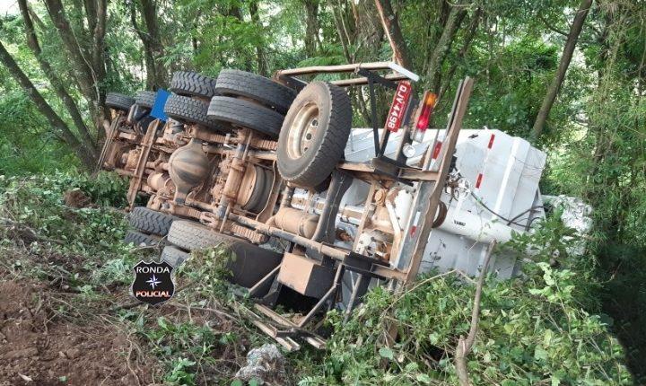Jovem caminhoneiro sofre graves ferimentos em tombamento na BR-282