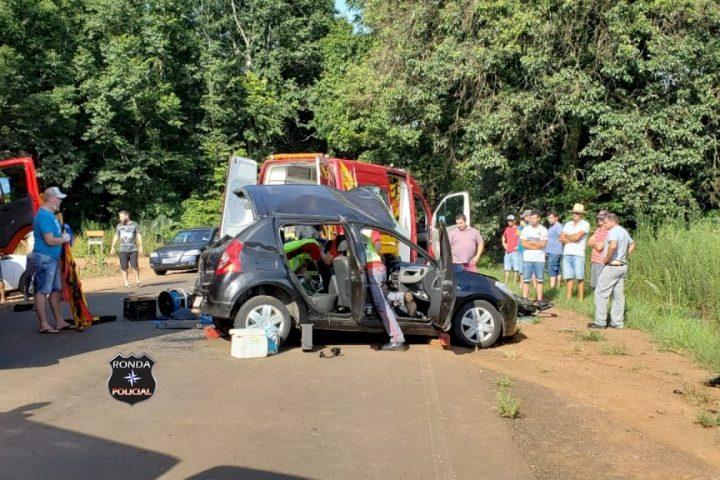 Quatro pessoas ficam feridas em grave acidente entre carro e caminhão no início da manhã