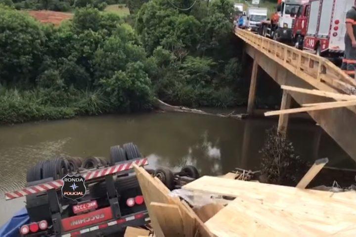 Caminhoneiro morre após despencar com carreta de ponte