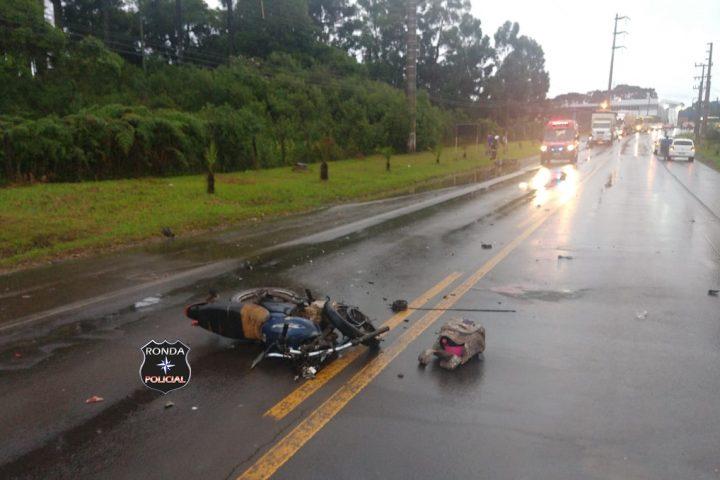 Dois motociclistas morrem em grave acidente no início da manhã desta quarta