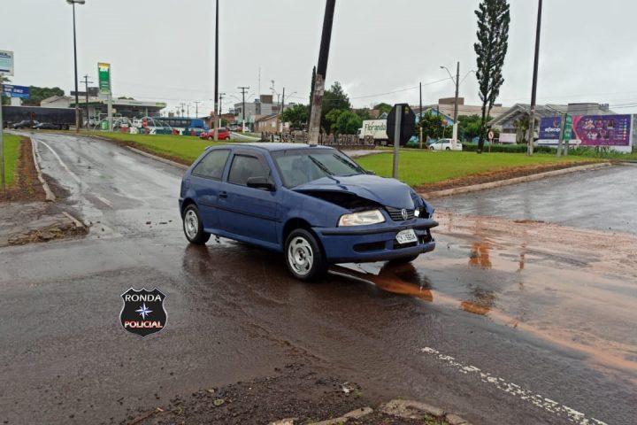 Duas pessoas ficam feridas em violenta colisão entre carro e carreta na 282