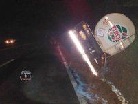 Carreta carregada de leite tomba durante a noite a margem da 282