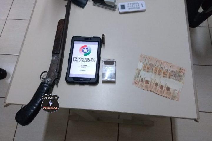 Jovem acaba preso por porte ilegal de arma de fogo e ameaça contra companheira em Vargeão