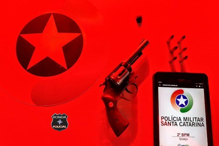 Duas pessoas são presas por porte ilegal de arma de fogo e ameaça durante a madrugada