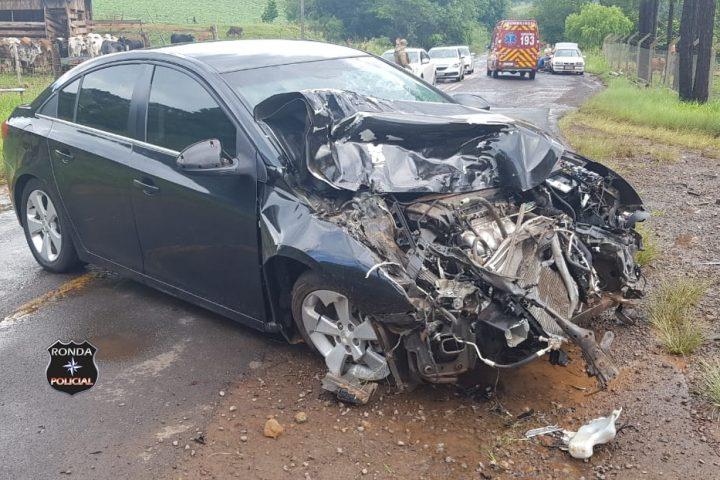 Motorista fica ferido ao colidir frontalmente com caminhão leiteiro