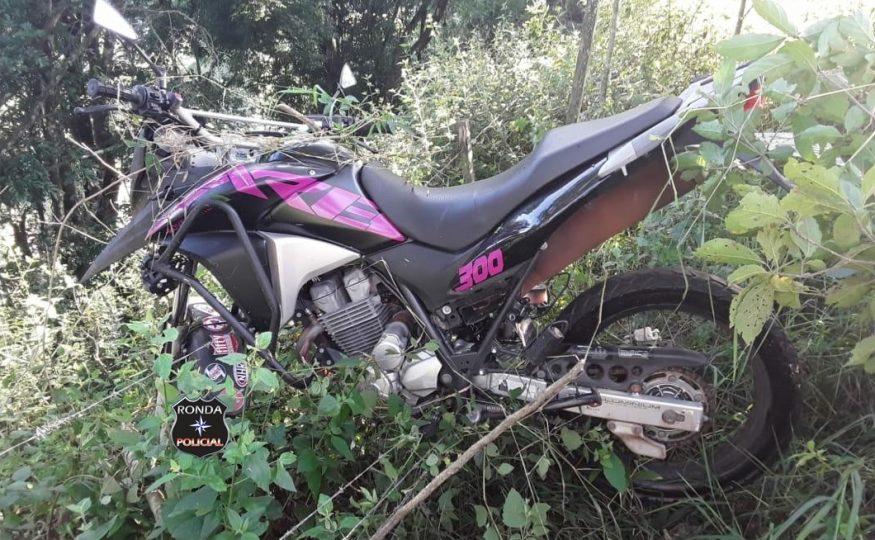 Dois jovens ficam gravemente feridos em acidente de moto no início da manhã