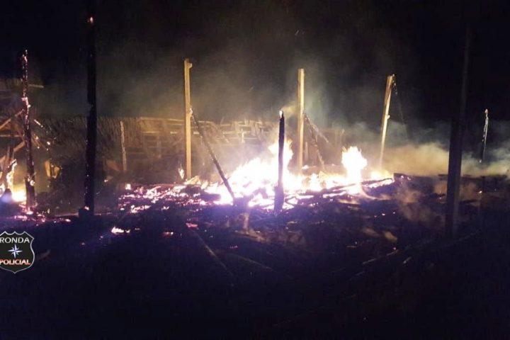 Homem sofre queimaduras após salvar animais em barracão incendiado