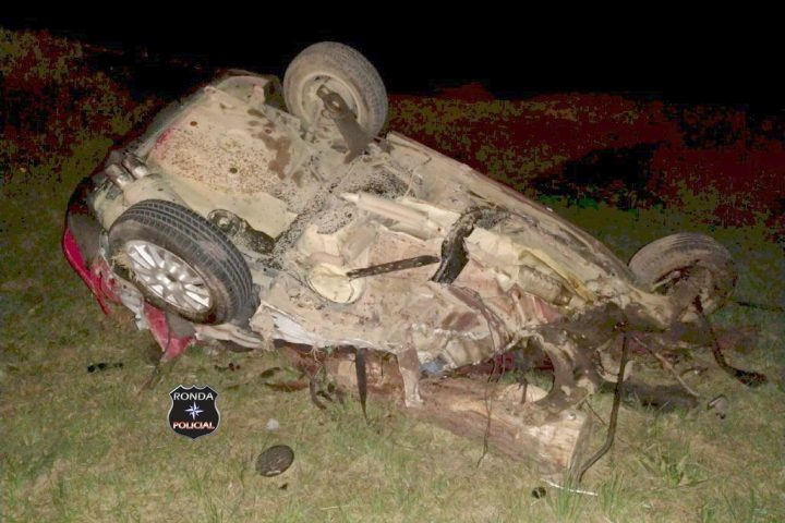 Duas pessoas morrem em grave acidente entre ônibus e carro durante a madrugada