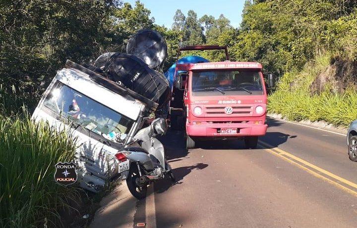 Saída de pista, seguida de tombamento de caminhão é registrada na SC-283