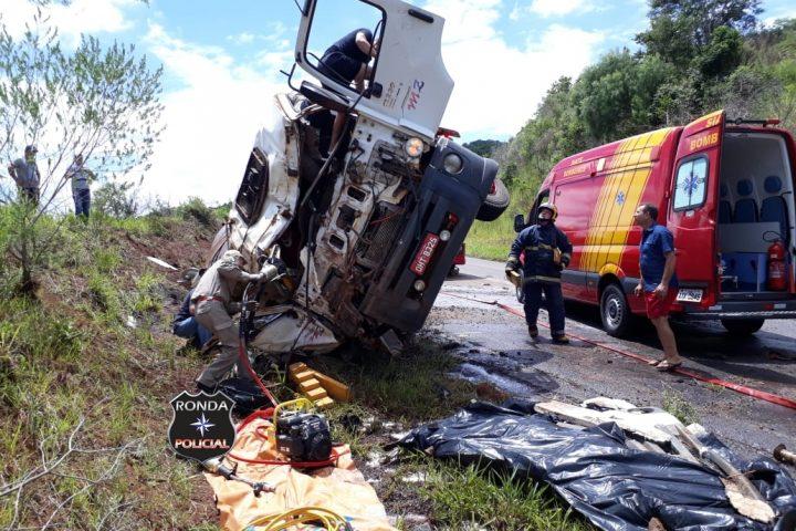 Grave acidente com caminhão do Oeste mata uma pessoa e deixa outras duas feridas no Paraná
