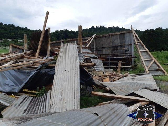 Vendaval arranca telhado de barracão em comunidade do interior