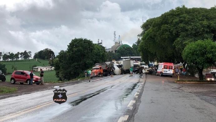 Engavetamento envolvendo três caminhões deixa pelo menos duas pessoas gravemente feridas