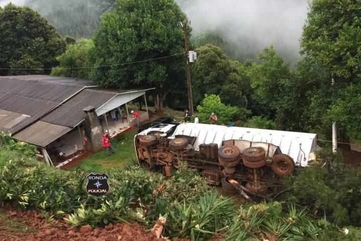 Idoso morre após caminhão despencar em ribanceira e quase atingir residência em comunidade rural