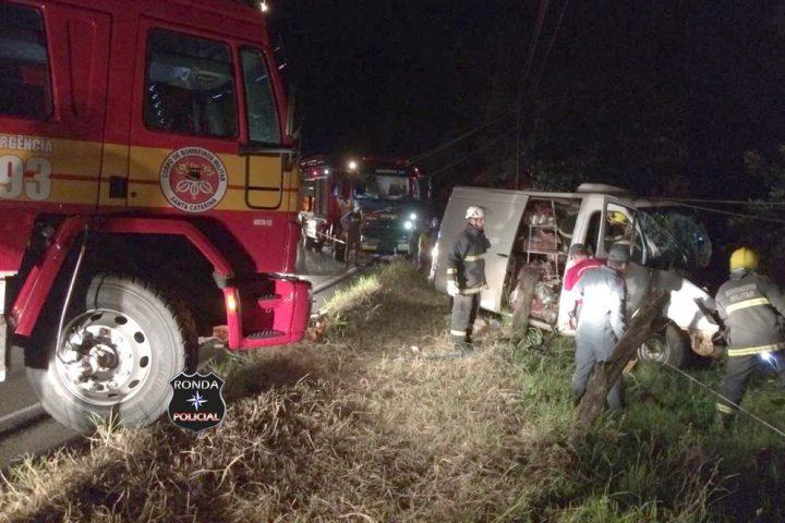 Idoso morre em grave acidente com van durante a noite
