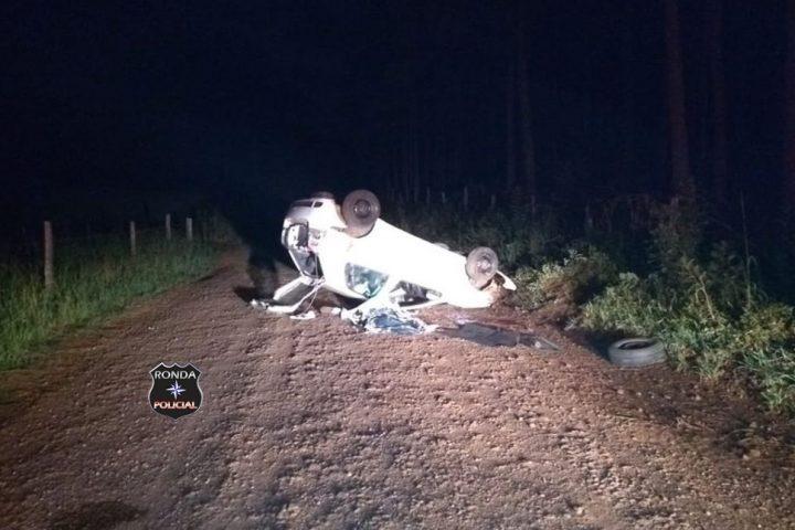Jovem morre ao capotar veículo durante a noite em comunidade rural