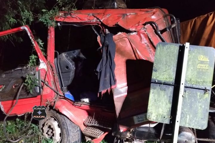 Caminhoneiro fica preso às ferragens em grave acidente na 282