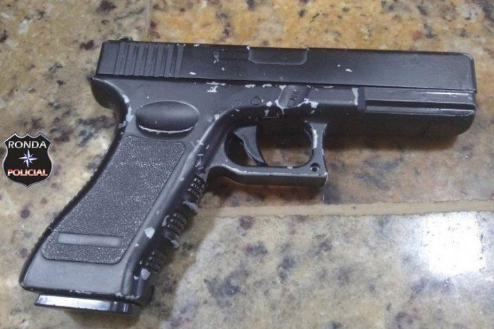 Polícia Rodoviária aborda homem com arma de brinquedo