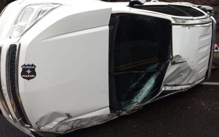 Capotamento na BR 282 deixa três pessoas feridas