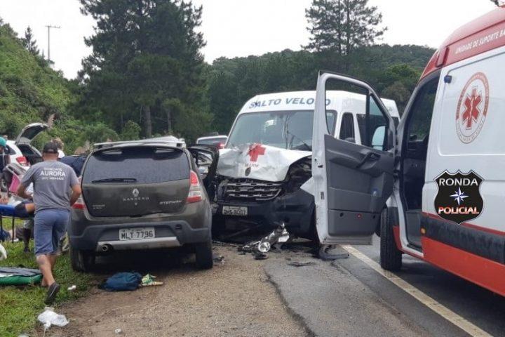 Nove pessoas ficam feridas em acidente envolvendo Van de Secretaria de Saúde