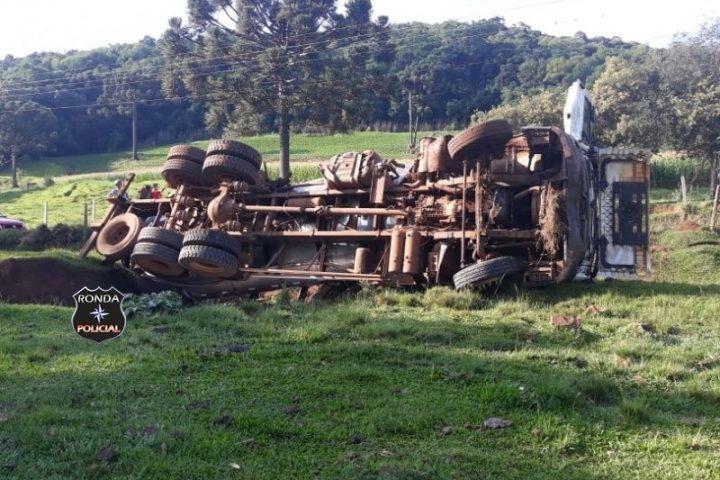 Caminhão carregado de leite tomba em propriedade rural