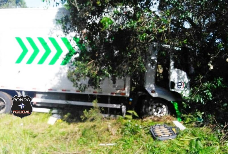Motorista fica preso às ferragens após acidente na BR 470
