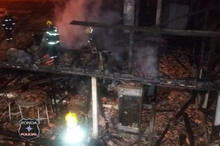 Padaria é atingida pelo fogo durante a madrugada