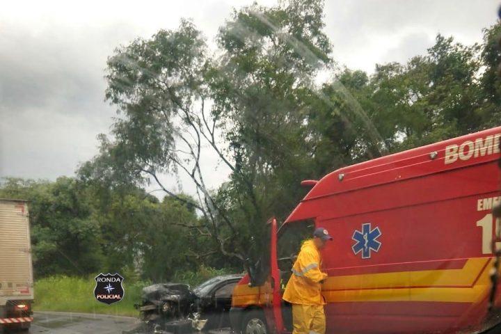 Colisão de carro e caminhão deixa motorista gravemente ferido na SC-157