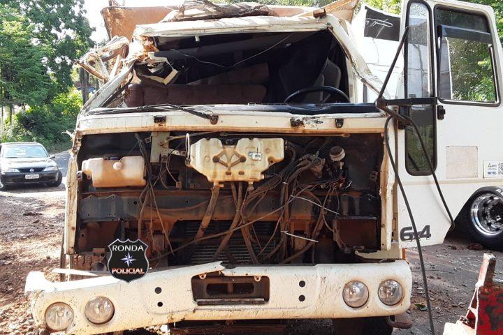 Cabine de caminhão fica destruída em capotamento na SC-155