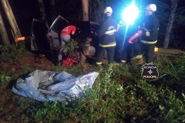 Passageiro morre após veículo colidir em árvore
