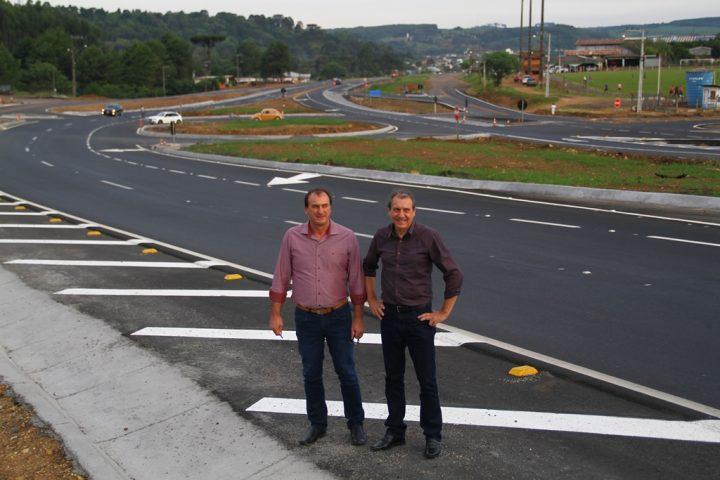 Prefeitos de Ponte Serrada e Passos Maia comemoram construção de trevo na BR-282