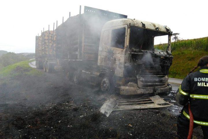 Carreta carregada de torras é consumida pelo fogo na BR 470