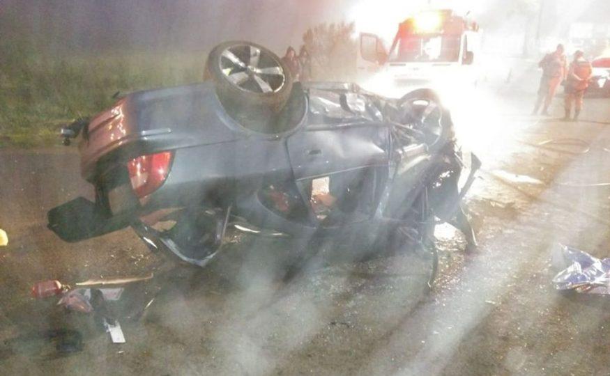 Jovem morre ao bater carro em rótula