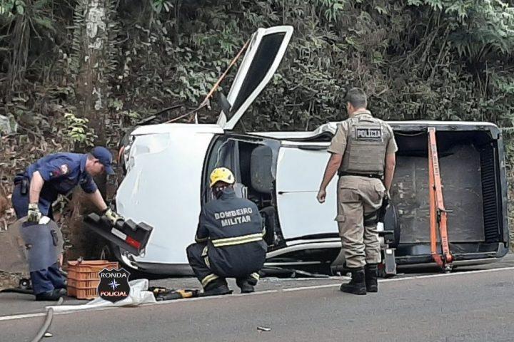 Idoso fica ferido ao capotar veículo na BR-282