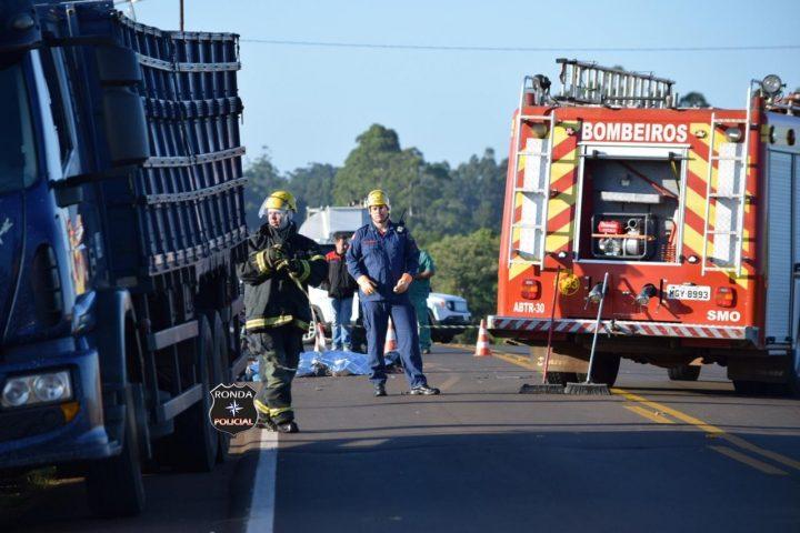 Motociclista morre após violenta colisão com caminhão no início da manhã